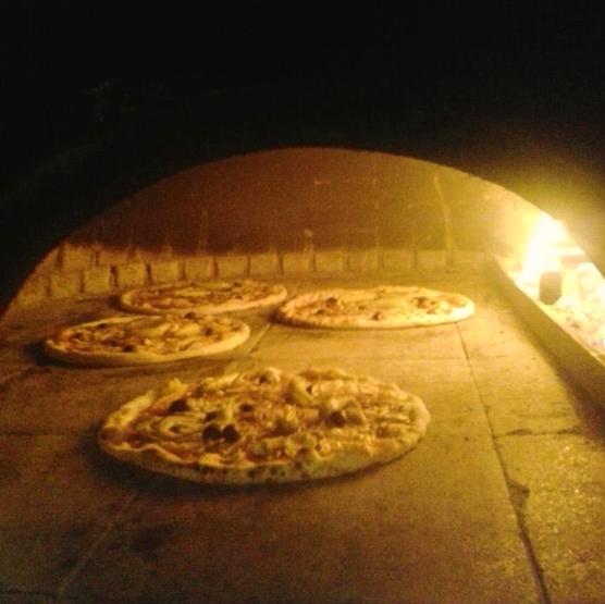 Alle Pizzas werden im traditionellen Stein-Holz-Ofen gebacken.